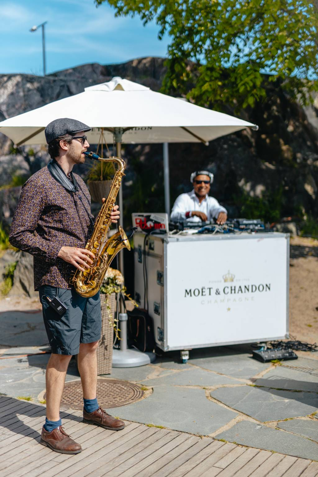 saxofonisti mattolaiturilla